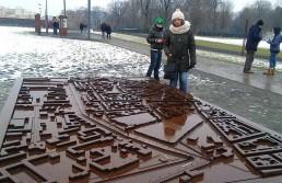 Esmeralda ante la maqueta del Muro de Berlín, aun en pie (febrero de 2013) / Foto: Cortesía de la entrevistada.